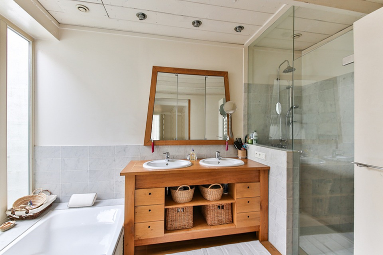 5 Bathroom Must-Haves for Those Who Are on the Go